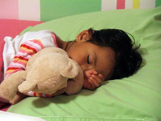 30. Когда ваши дети уснут, переложите их в кроватки друг друга  апрель, розыгрыш, шутка