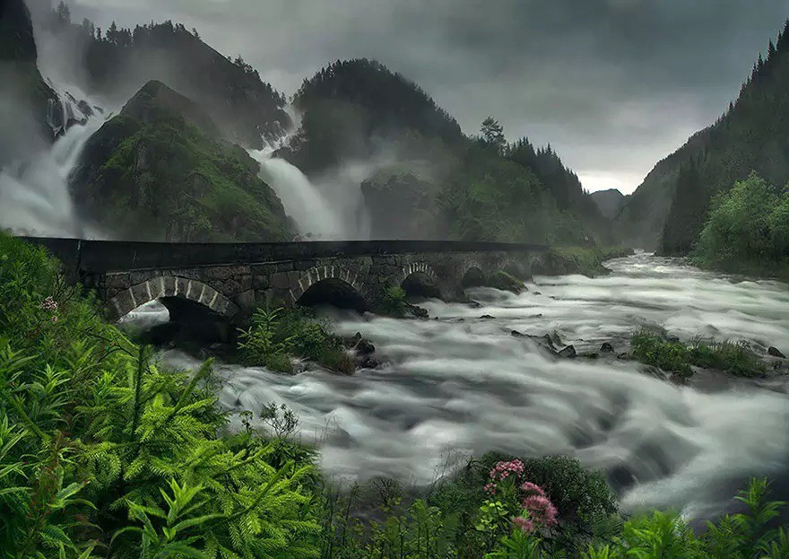 Мост на водопаде Лотефоссен в Норвегии в мире, мост
