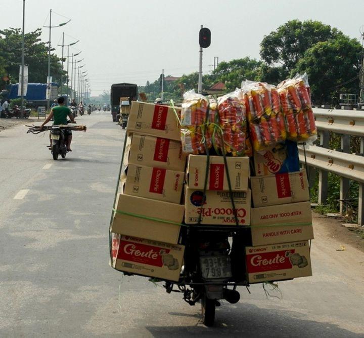 Люди, которые уверены, что на мотоцикле можно перевозить всё что угодно груз, люди, мотоцикл, перевозка