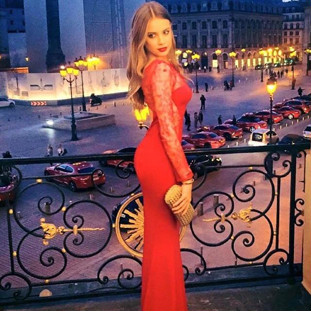 На фоне красивых красных автомобилей азербайджан, богатые, молодёжь