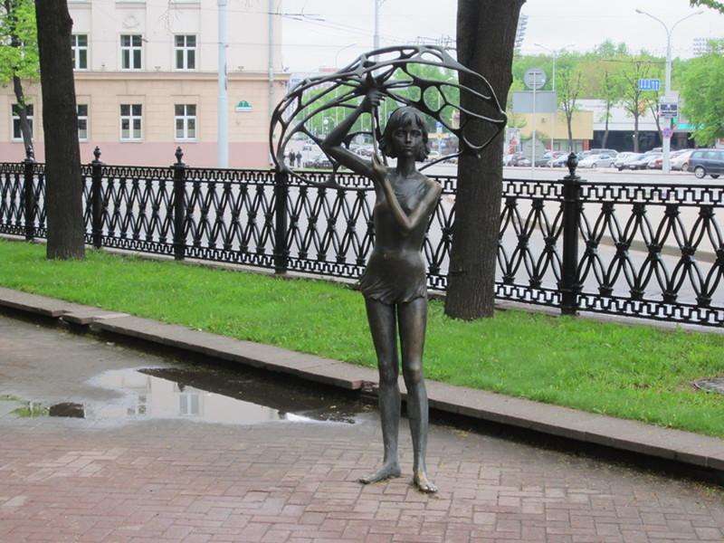 Девочка с зонтом памятники, памятники россии