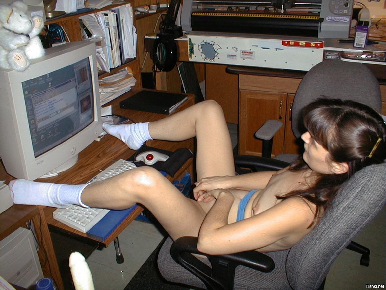 броском видео девушка мастурбирует перед ноутбуком сидел