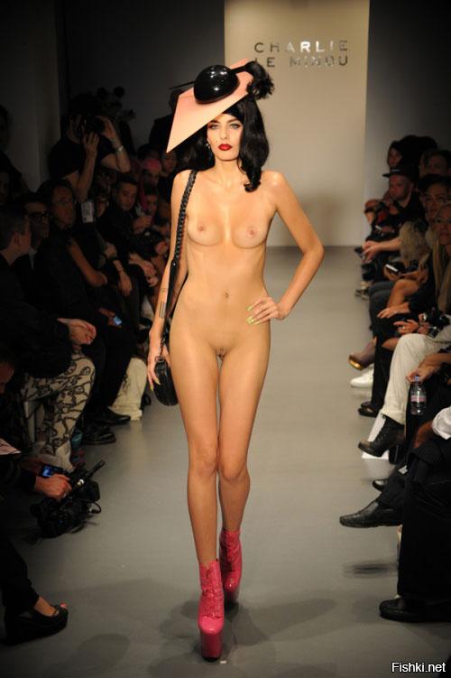 ему манекенщицы ходят по подиуму голыми красива жизнерадостна эта
