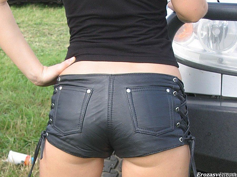 в кожаных обтягивающих шортах девушки